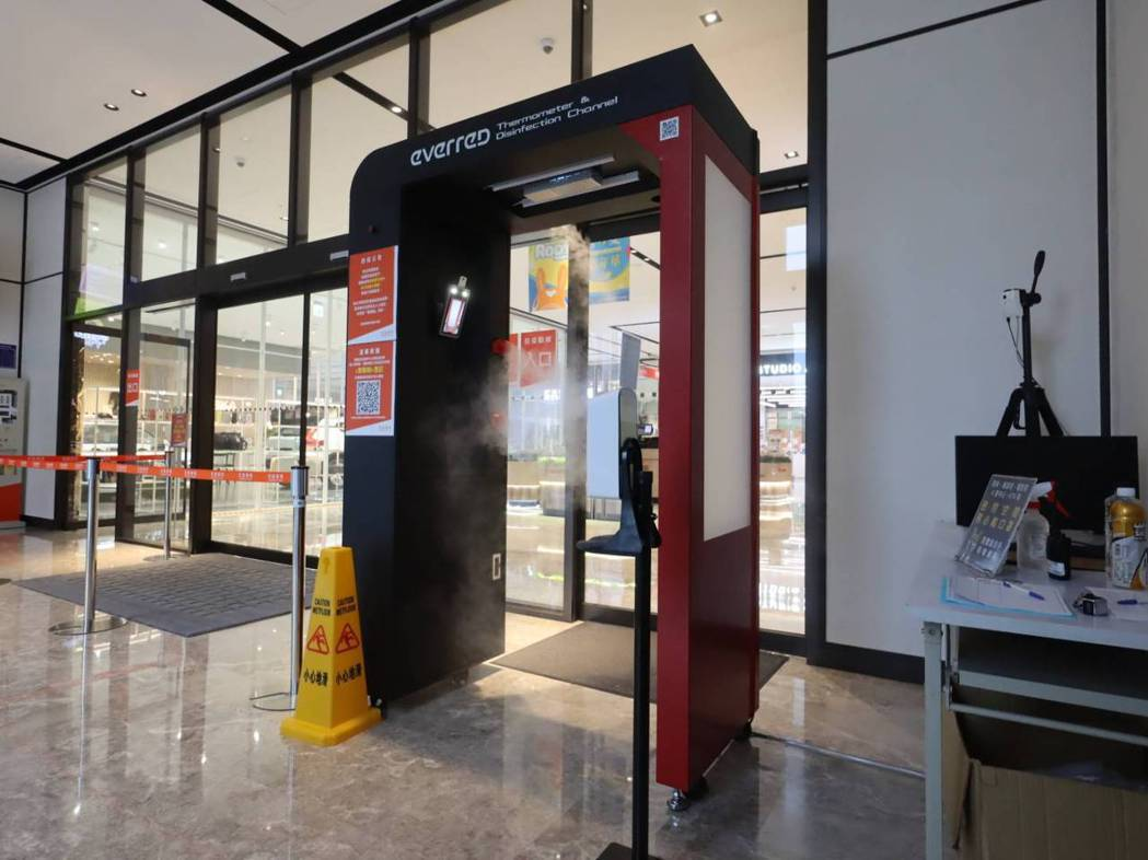 新莊宏匯廣場在商場設置兩座「智慧防疫門」。圖/宏匯廣場提供