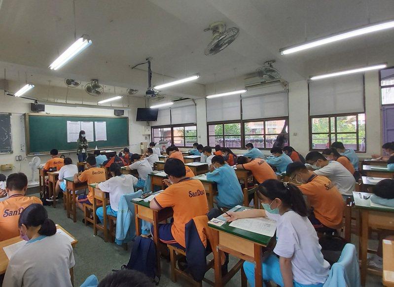 新北市與台北市共同宣布國高中三年級學生17日起不用到校上課。圖/新北市教育局提供