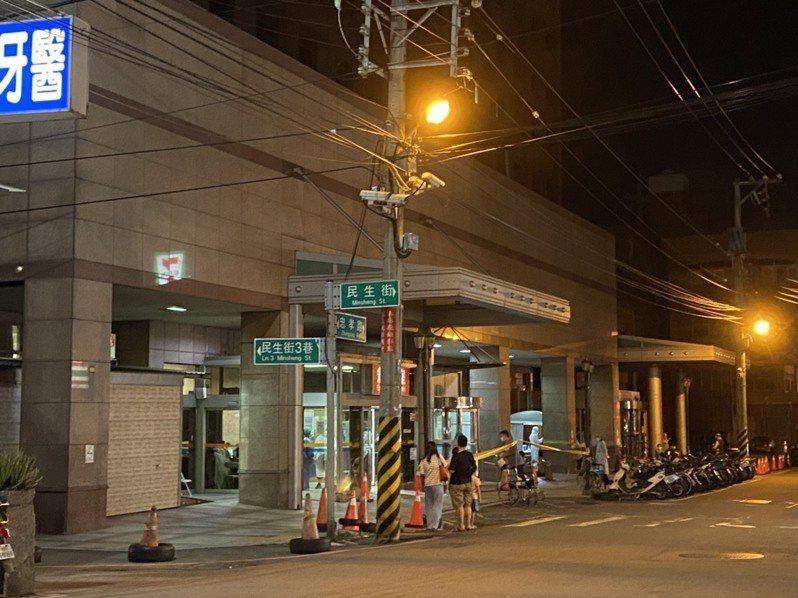 新竹縣一間地區醫院昨天晚間有民眾排隊採檢,引發地方一陣恐慌。圖/讀者提供