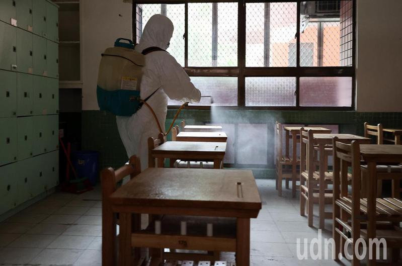 110年國中教育會考今天結束,清潔人員隨即進入松山高中考場內進行消毒。記者余承翰/攝影