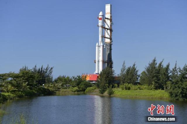 天舟二號貨運太空船船箭組合體轉運至發射區。中新社