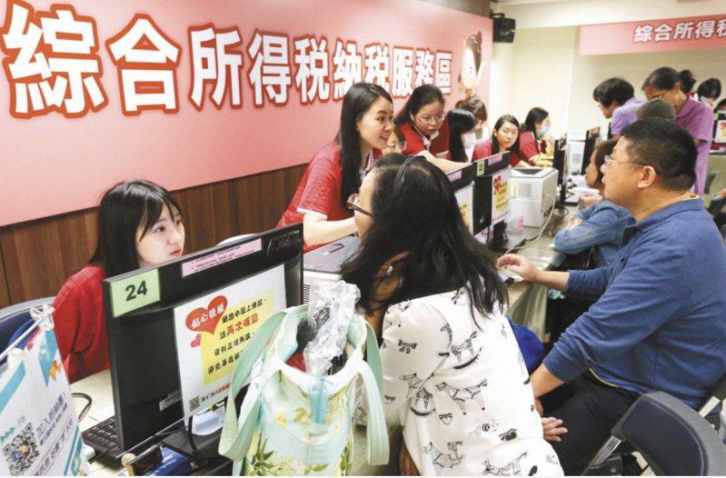 財政部宣布即日起取消各地國稅局的臨櫃報稅服務。本報資料照片