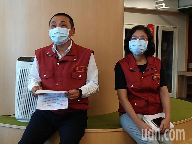 新北市長侯友宜(左)與衛生局長陳潤秋(右)。記者張哲郢/攝影