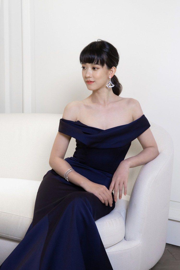 Nicole + Felicia秋冬高級訂製系列的湛藍色魚尾晚禮服,以一字肩設計...