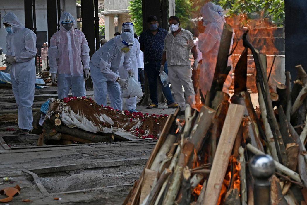 印度各地慘遭疫情肆虐,北方邦前首席部長拉瓦特竟稱,新冠病毒也有生存群,引起大批網...