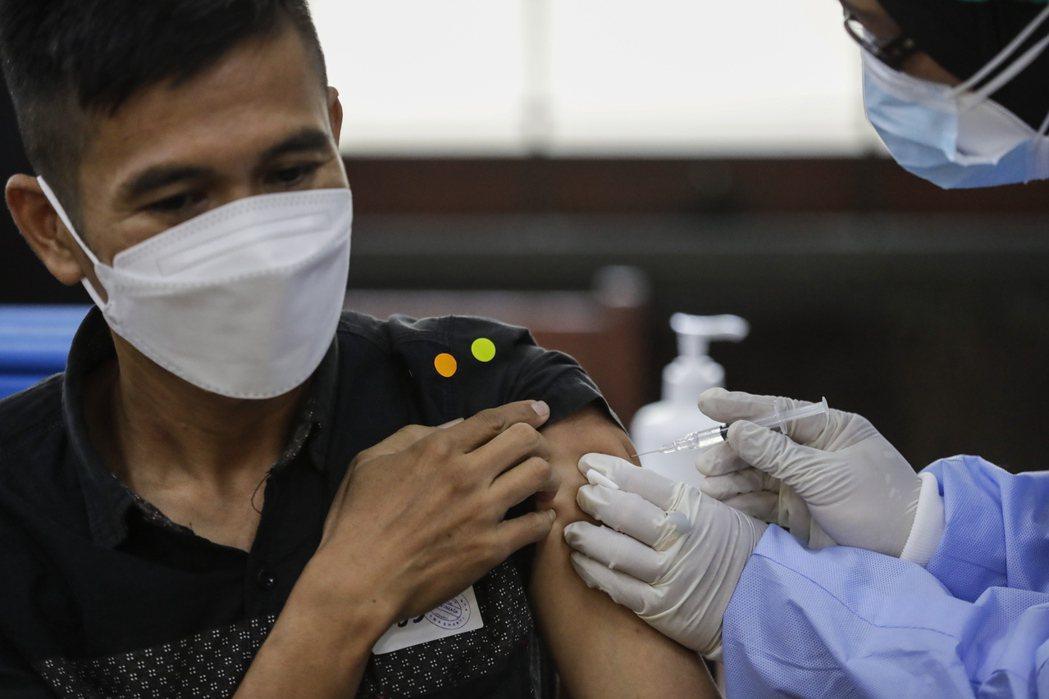 印尼醫護人員在雅加達為民眾施打AZ疫苗。(歐新社)