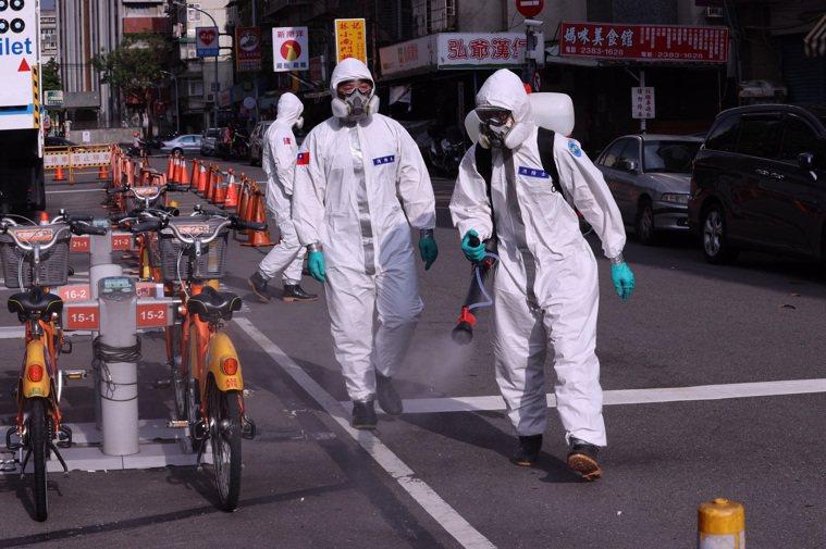 台灣疫情進入三級警戒,中央流行疫情指揮中心製作圖表,提醒確診個案與接觸者應注意事...
