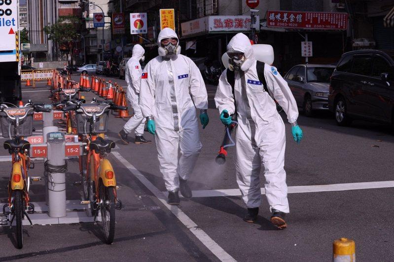 台灣疫情進入三級警戒,中央流行疫情指揮中心製作圖表,提醒確診個案與接觸者應注意事項,避免疫情擴散。記者黃義書/攝影