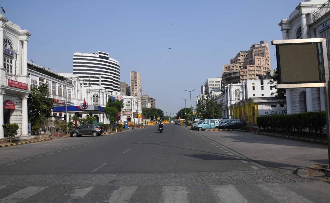 印度首都新德里再次延長封鎖措施,圖為13日新德里商業區康諾特廣場街景。新華社