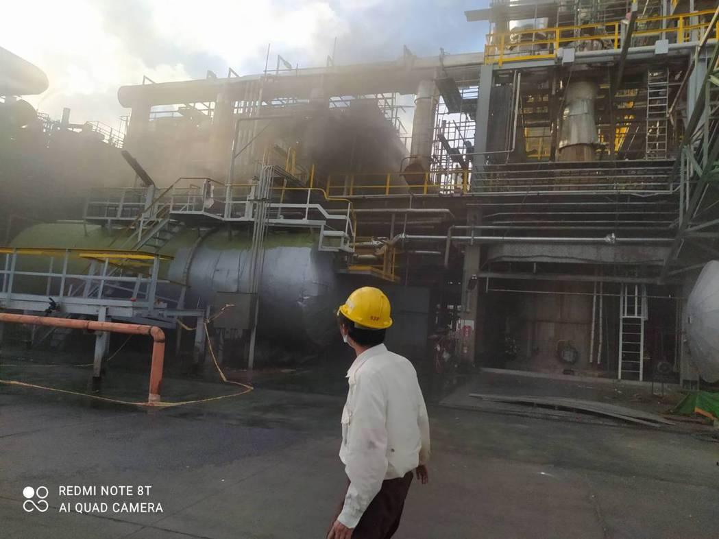 聯成化工林園廠今天下午壓力鍋冒煙,消防人員到場布水線降溫。記者陳玫伶/翻攝