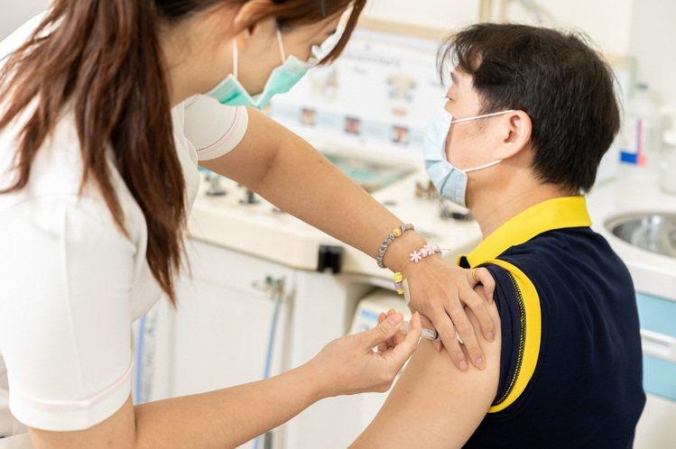 台灣大車隊鼓勵司機們主動前往或預約全台指定接種點完成施打本次AZ疫苗,提供疫苗施...