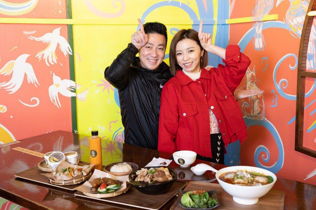 艾成、王瞳今年過年時介紹自家餐廳菜色。圖/本報資料照