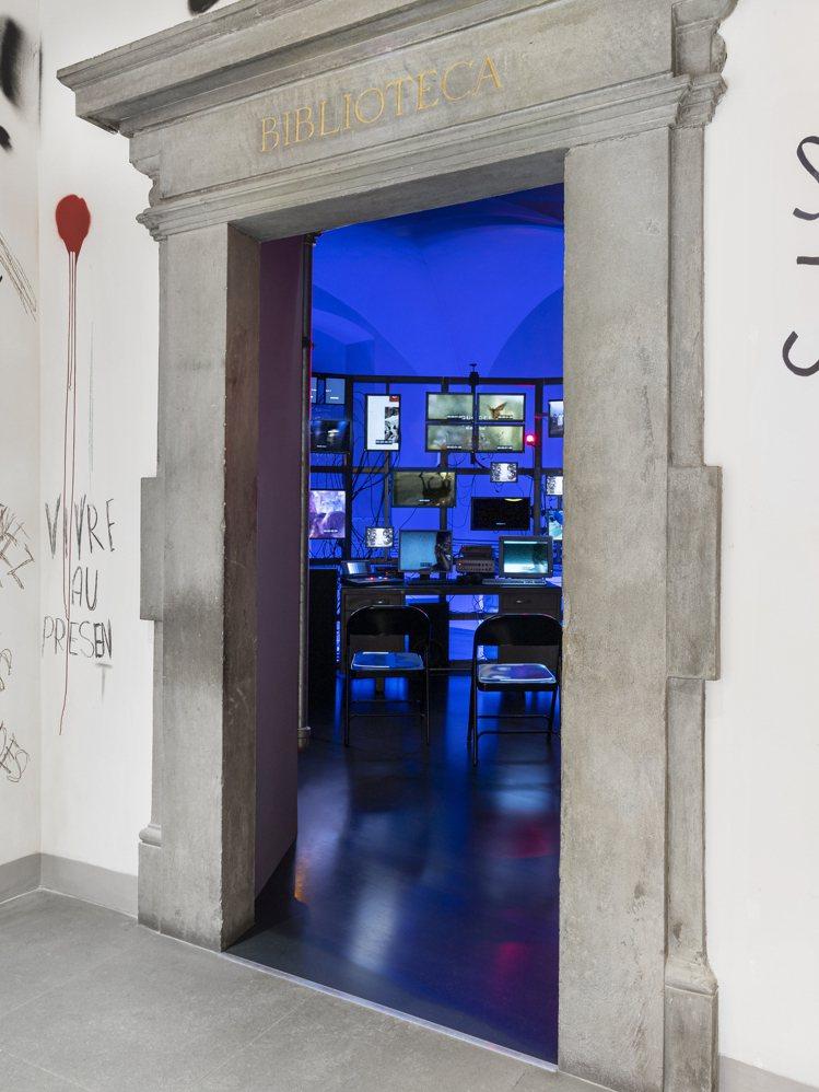 參觀者通過一個類似幕後世界的操控中心進入,首先映入眼簾的是待參觀展覽的多屏螢幕即...