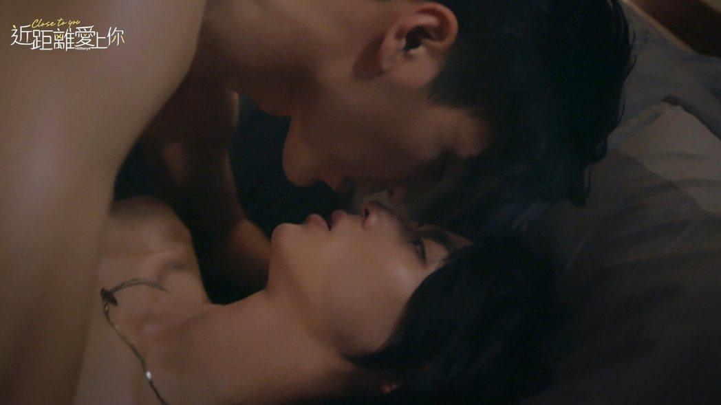 涂善存(左)、陳立安為「HIStory4-近距離愛上你」拍攝親密床戲。圖/LIN...