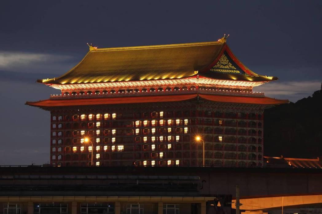 圓山飯店今天晚上打出『平安』。黃淑惠攝