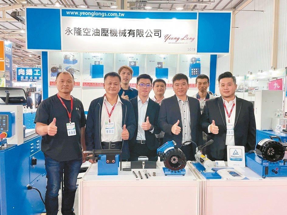 永隆空油壓公司總經理吳天福(前排左二)、伸峻公司總經理洪瑞彬(前排左一)及團隊共...