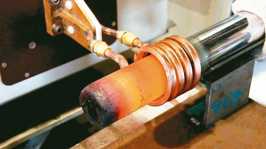 緻鎰公司新開發晶體式高週波金屬加熱機具省電、體積小不占空間優點。緻鎰公司/提供