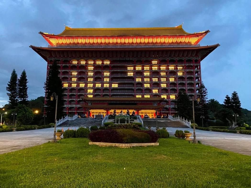 圓山大飯店再度點燈,排出「平安」字樣。圖/圓山大飯店提供