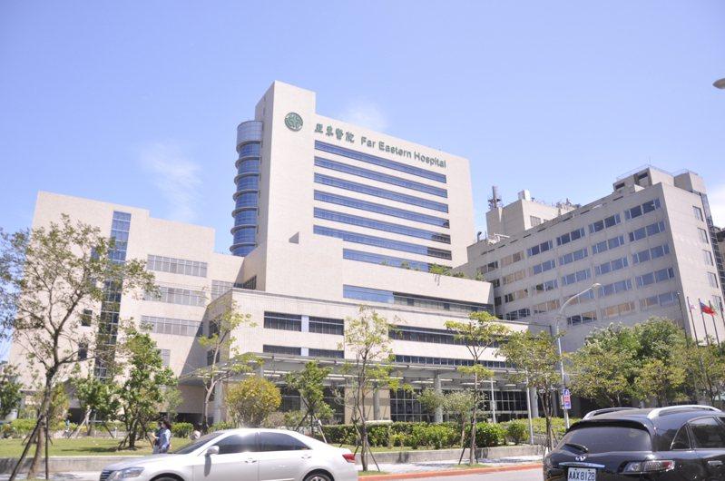 葉元之認為目前醫療能量緊繃,造成先前亞東醫院還被誤傳關閉的假消息。記者張哲郢/攝影
