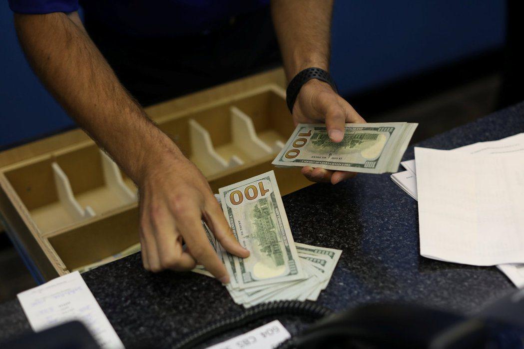 富國銀行的分析師預測,美國銀行業為因應客戶行為的不斷改變以及提高獲利能力,可能在...