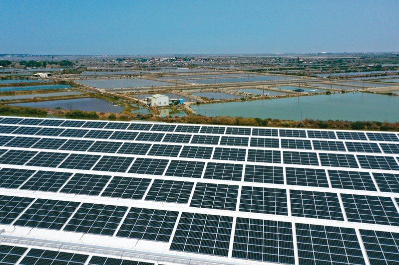 「漁電共生」是政府發展太陽光電的重要一箭,正在中南部如火如荼推動。台南七股是光電熱點,出現太陽能板和養殖魚塭並存景象。記者余承翰/攝影