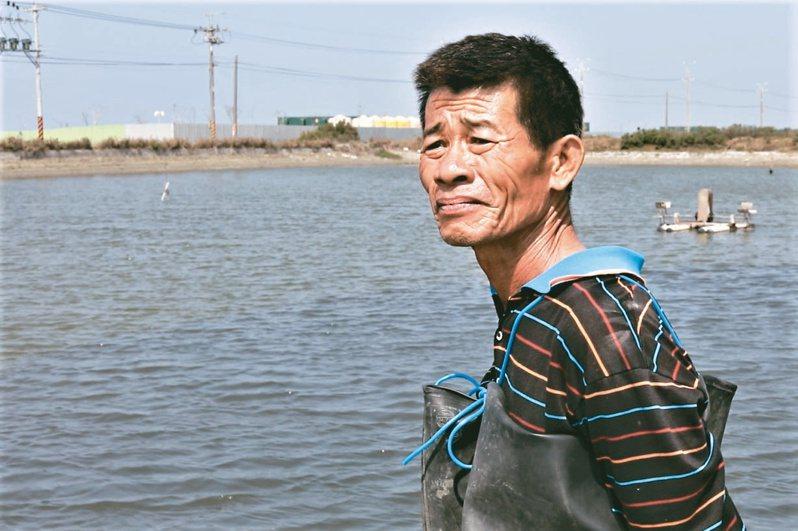 台南七股養殖承租戶江正伯擔憂地主將魚塭租給光電業者,影響養殖環境。記者林奐成/攝影