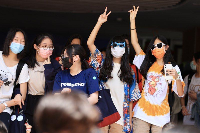 國中教育會考昨天結束,考生考完後陸續步出考場,比出YA的手勢,相當開心。記者林伯東/攝影