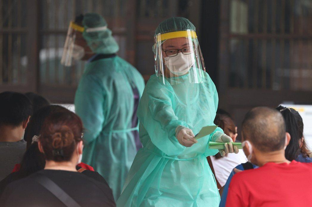 台灣5月15日起連續兩天的疫情變化,意味著台灣已經從防堵期正式進入減災期。 圖/路透社