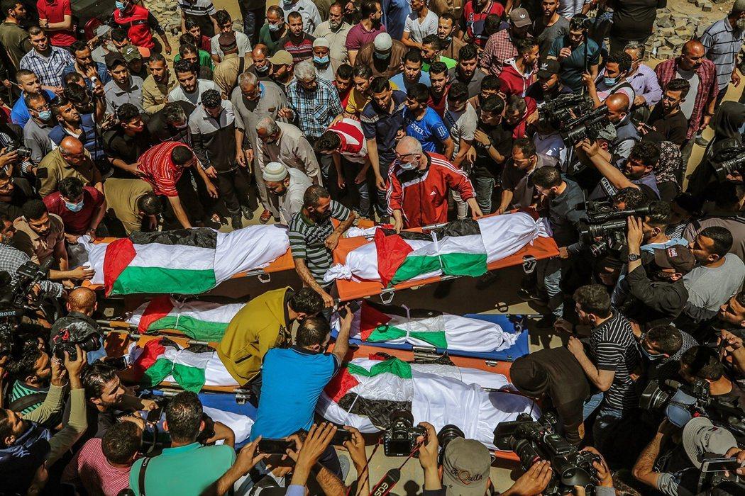 15日,一家十口死亡的Abu Hattab家族葬禮。 圖/歐新社