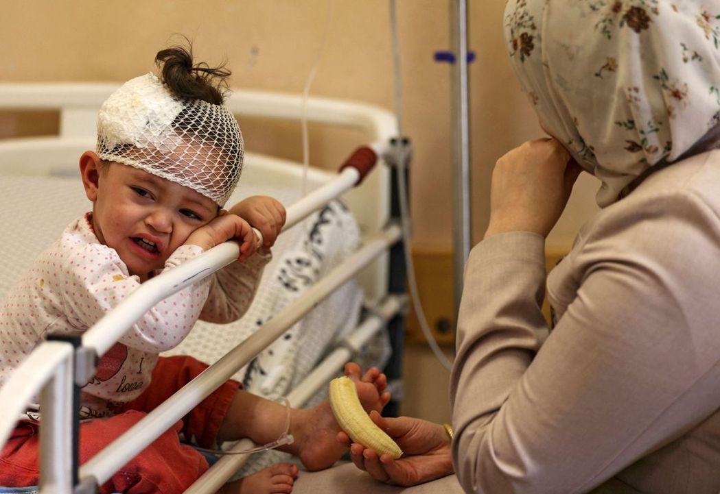 希法醫院中收容救治的兒童。 圖/法新社
