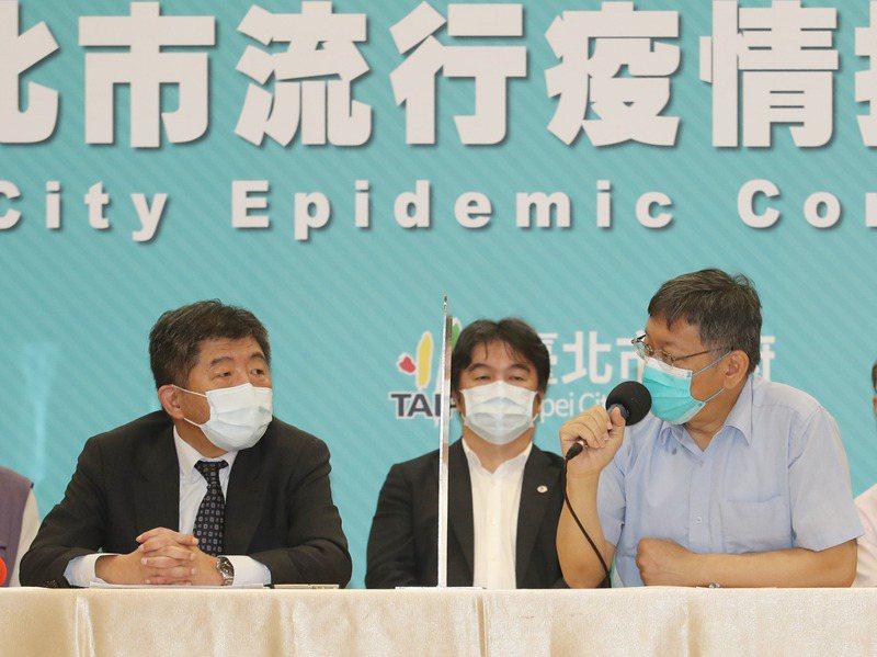 指揮中心指揮官陳時中(左)與台北市長柯文哲(右) 14日上午開會討論疫情。中央社