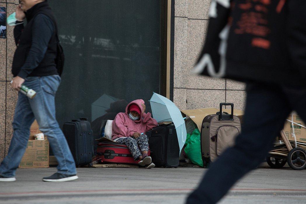 「就算我住在街上,也不想得肺炎啊。」一位街友說,他不想去害到一般人,人們不想靠近...