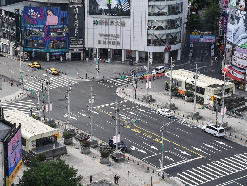 疫情急遽升溫,台北市升至第3級防疫警戒後,以往假日總是熱鬧滾滾的西門町,人潮、車潮皆稀稀落落,不見往昔熱鬧畫面。中央社
