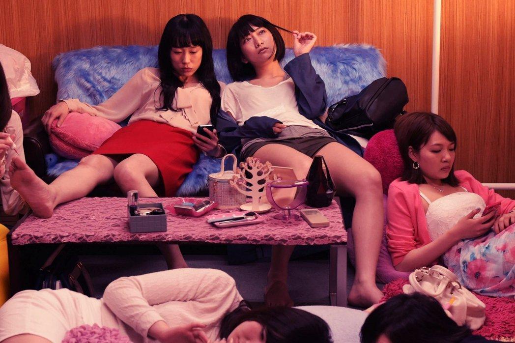 圖為示意圖,取自日本導演白石和彌的電影《母貓》,內容講述單親母親、收入不穩定、以...