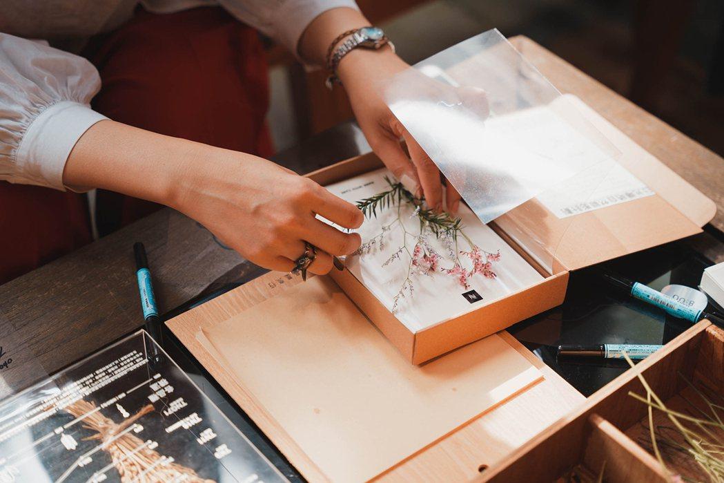 透過品墨良行「日曬筆記本」的製作體驗,讓人感受到時間在生活留下的印記。圖 / N...