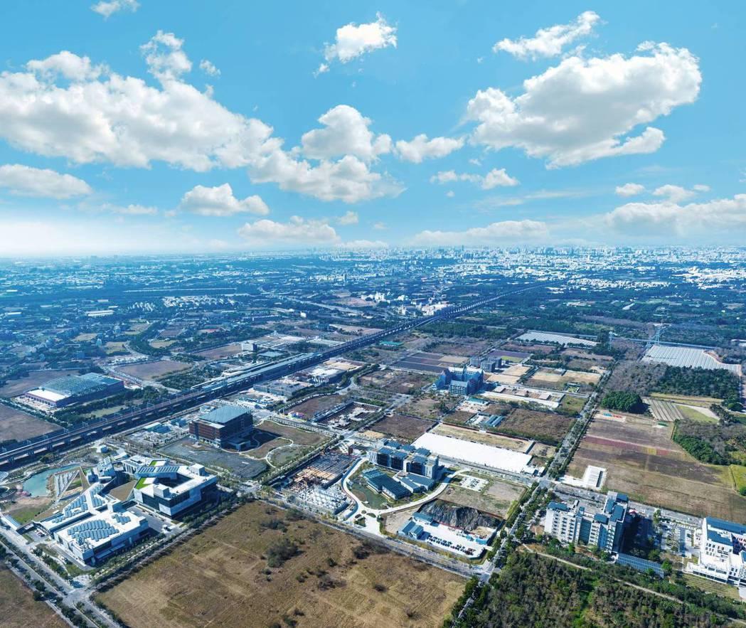 台南高鐵特區占地近300公頃,棋盤街廓、筆直林蔭大道,形成優質居住環境。(圖/本...
