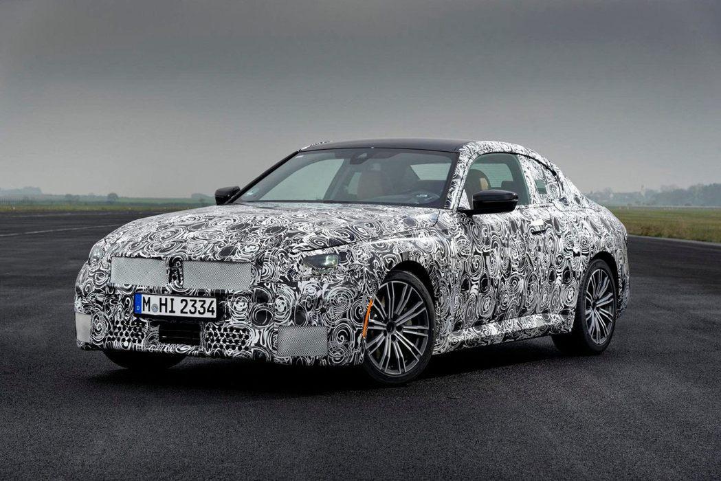 加寬的水箱罩讓標準版的2-Series Coupe更加動感。 摘自BMW