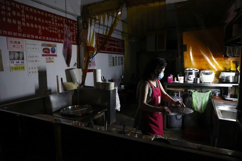 台電今晚再度無預警通知輪流限電,讓許多商家措手不及,台北市內湖一間小吃店面對突然地停電,只能提早收店關門。記者余承翰/攝影