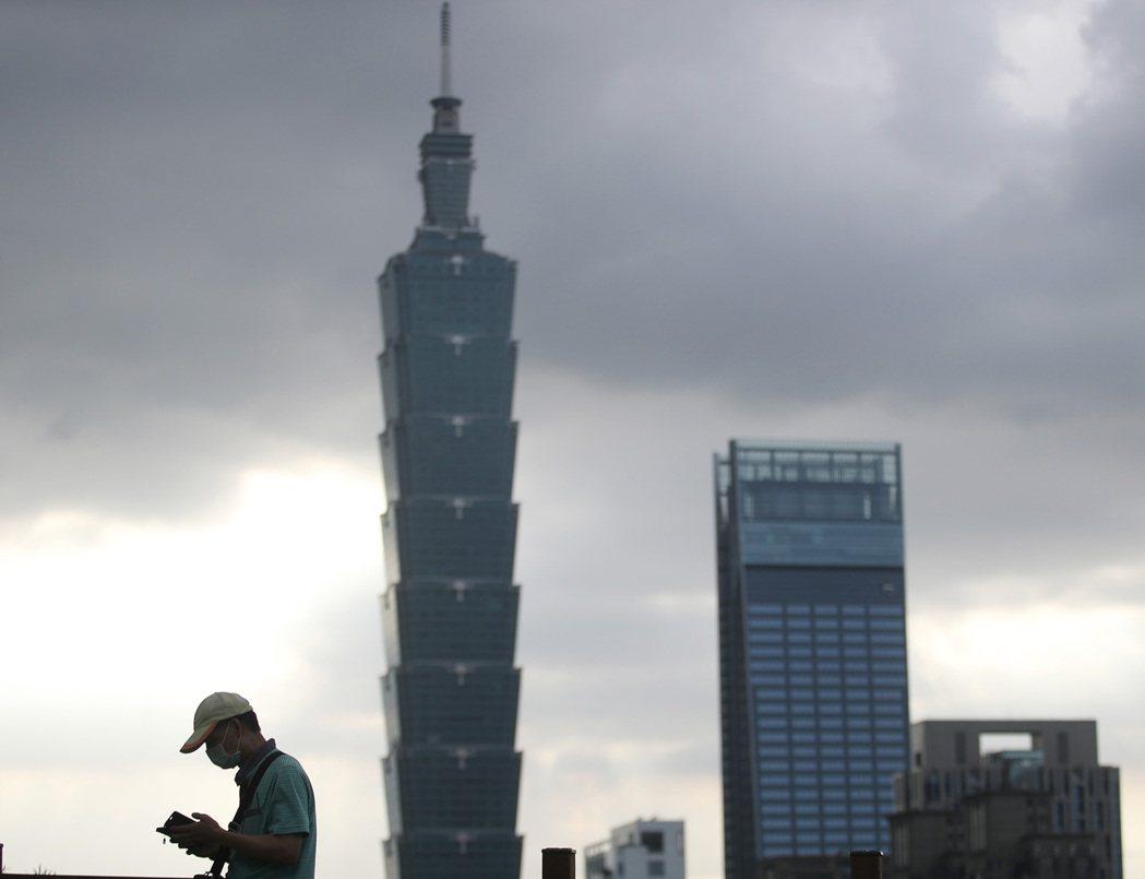 台北市、新北市15日起升級第3級防疫警戒,許多活動、行業受到限制,民眾外出必須全...