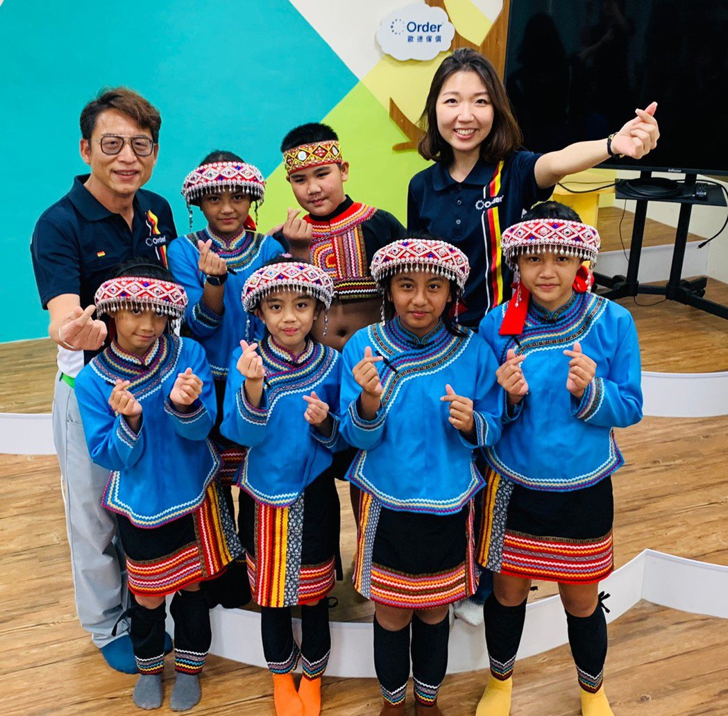 古風國小學童以布農族傳統歌謠喜迎幸福圖書室落成。