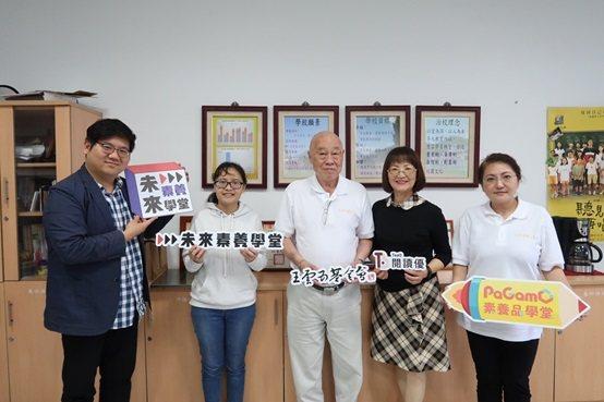 王雲五基金會董事長王春申(左三)與相關人員的合影。 台灣長照醫學會/提供