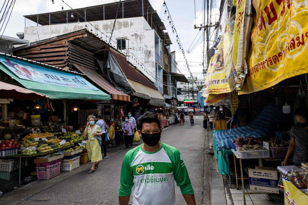 泰國第三波疫情持續升溫,儘管官方關閉多數公共和商業場所,曼谷每天新增確診病例依舊...