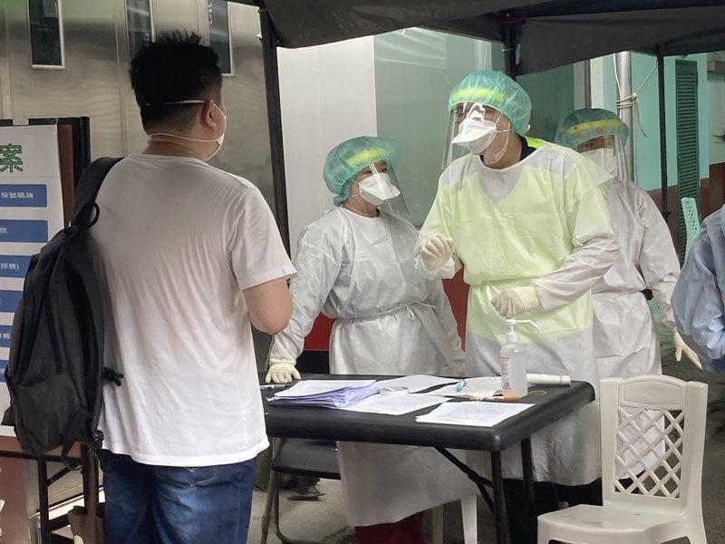 和平醫院的醫師向前來快篩的民眾解釋就醫流程。(Photo by 林志怡/台灣醒報)