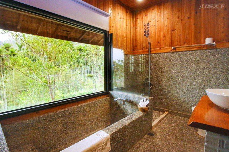 抿石子下沉式大浴缸面對青翠山林景觀窗,泡澡時格外放鬆。