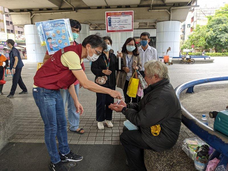 汐止區長陳健民也帶著酒精、口罩關懷街友,提醒他們配合防疫。 圖/觀天下有線電視提供