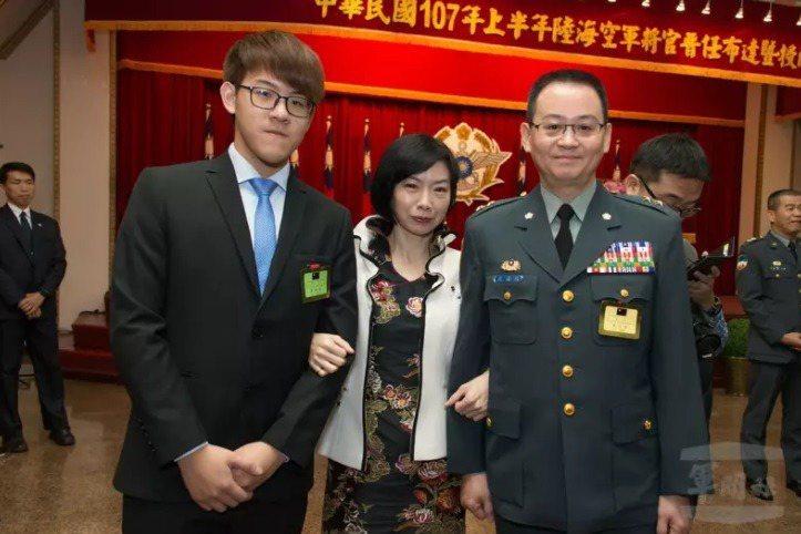 羅德民(右)擔任軍情局長兩年,他2018年晉升中將時,妻兒曾到場分享榮耀。圖/軍聞社