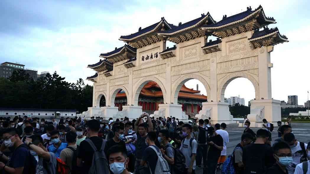 官兵昨天在中正紀念堂集合,準備收假返回營區。因疫情升溫,台北防疫更加緊張。路透