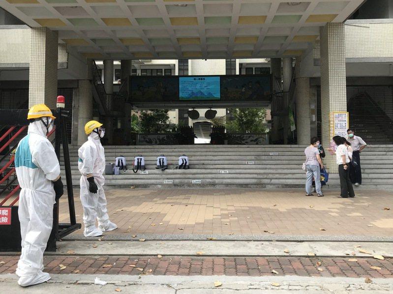 台中市西屯區重慶國小昨深夜1名小六學生染疫,全校約400名師生改採線上教學,僅行政人員到校,清潔隊員一早將校園裡外大消毒。記者洪敬浤/攝影
