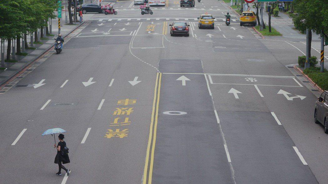 台北街頭冷清許多。路透