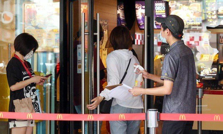 麥當勞即日起停止雙北地區門市的內用服務。記者季相儒/攝影